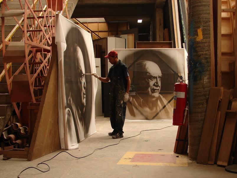 Júlio César pinta os retratos, que ficavam expostos no cenário do programa Provocações, da TV Cultura