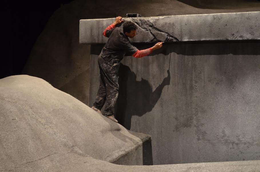 Júlio César prepara o cenário da Ópera Salomé, no Teatro Municipal